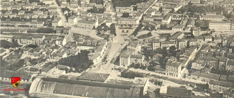 Veduta aerea della stazione e Piazza Vittorio Emanuele II Non sono ancora stati costruiti il palazzo della Provincia,inaugurato nel 1938 e il palazzo delle poste inaugurato nel 1929,però si vedano le tracce del tram inaugurato nel 1912 Data  tra il 1913 e il 1924 Cartolina d'epoca  (ritaglio) Aggiunta da Birindelli Marco