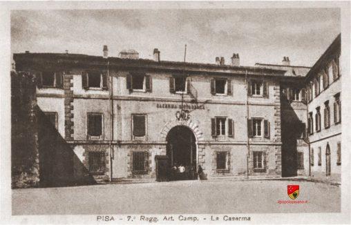 ingreasso Caserma cittadella, dove era il settimo reggimento artiglieria da campo (più o meno dove adesso c'è la rotonda ) Anno - inizio '900 Fonte Archivio Giacomo Benedettini Cartolina d'època